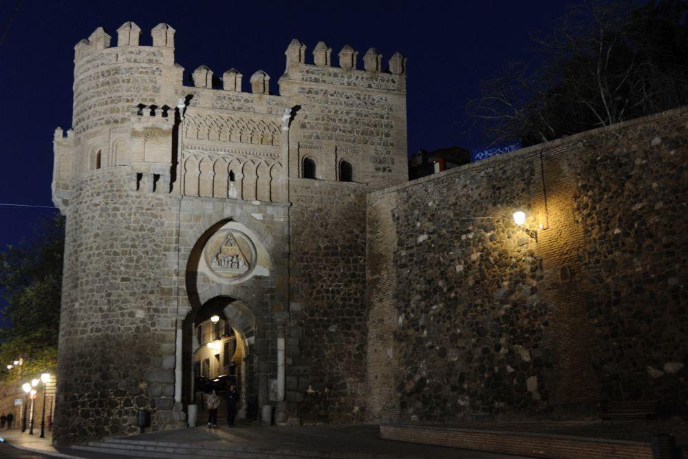 Frontal de la puerta del Sol en Toledo por la noche