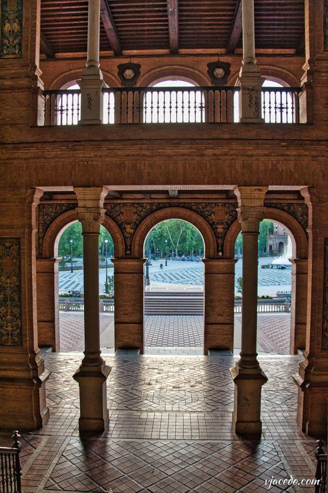 Soportales en la plaza de España de Sevilla